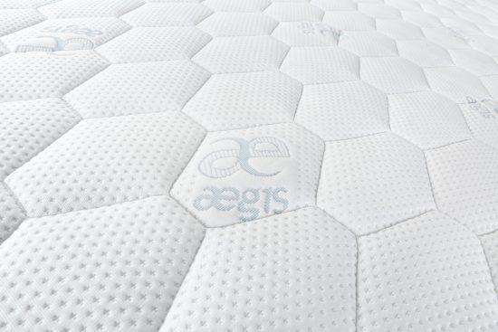 Potah Aegis předurčuje matraci jako nejlepší volbu pro alergiky a astmatiky. Prošívaný klimatizačními vrstvami dutých vláken, dvojdílný, pratelný (60 °C).